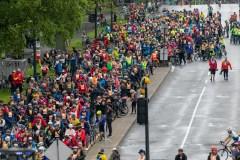 Des milliers de cyclistes pédalent sous la pluie pour le Tour de l'Île
