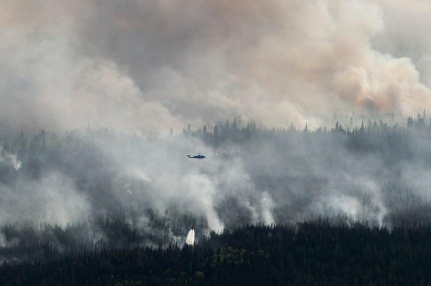 Les orages compliquent la tâche des pompiers qui combattent les feux en Alberta