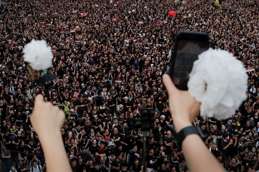 Hong Kong: les manifestations continuent malgré la suspension du projet de loi