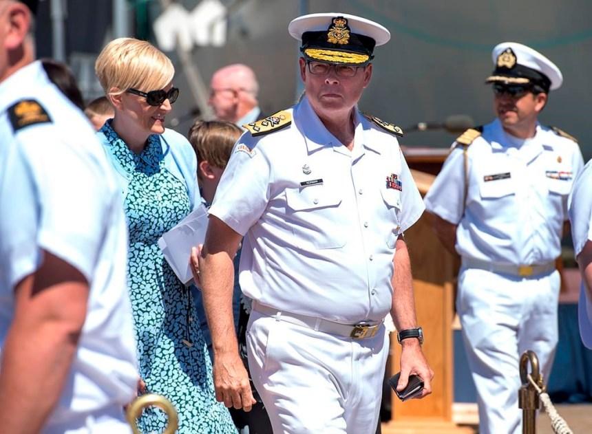 Le vice-amiral Mark Norman applaudi lors d'une cérémonie de la Marine