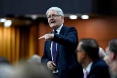 Le ministre Garneau dérangé lors d'une conférence de presse par un manifestant