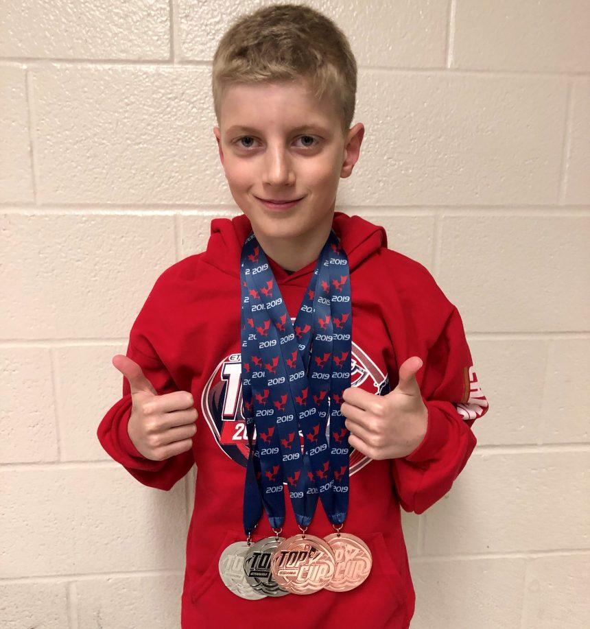 Cinq médailles pour un jeune nageur de Lachine