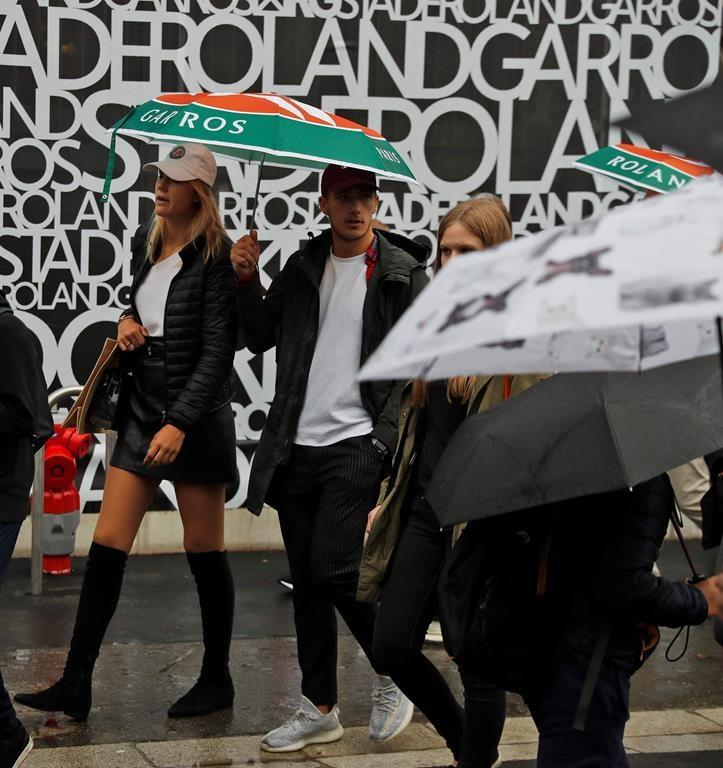 La pluie retarde le début des activités aux Internationaux de France