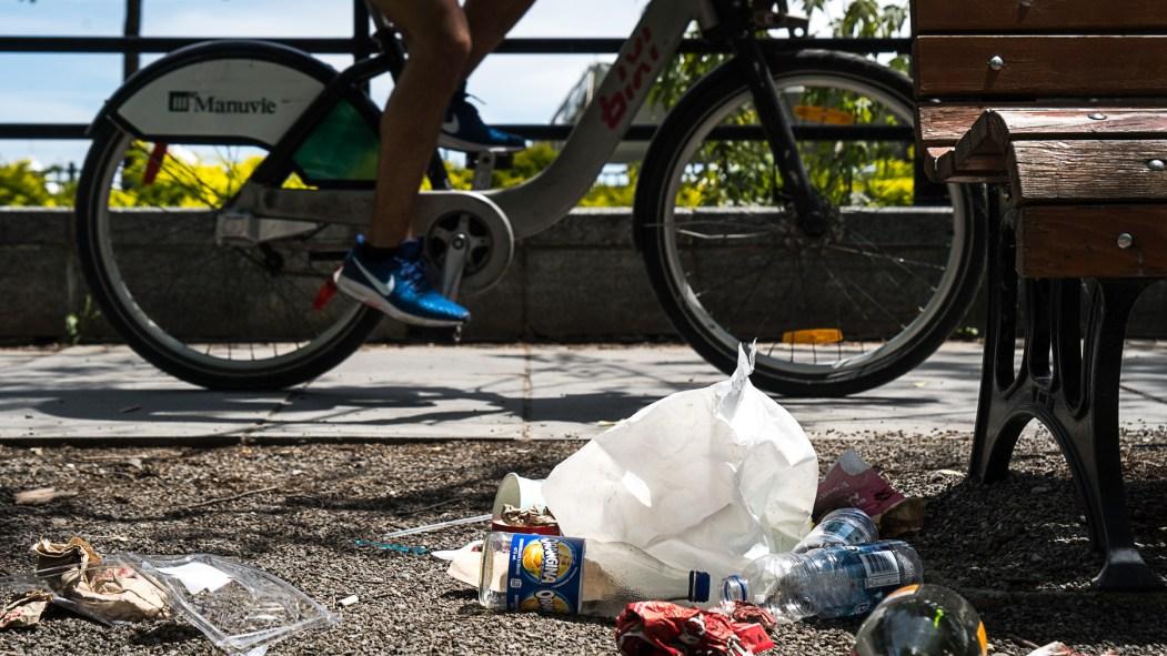 plastique à usage unique sur le bord de la rue