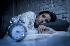 Allumer son téléphone intelligent en pleine nuit pour vérifier l'heure nuit-il au sommeil ?