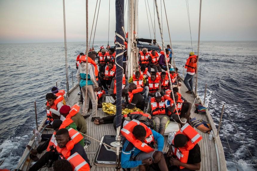 Italie: un nouveau navire d'aide aux migrants accoste malgré le blocus