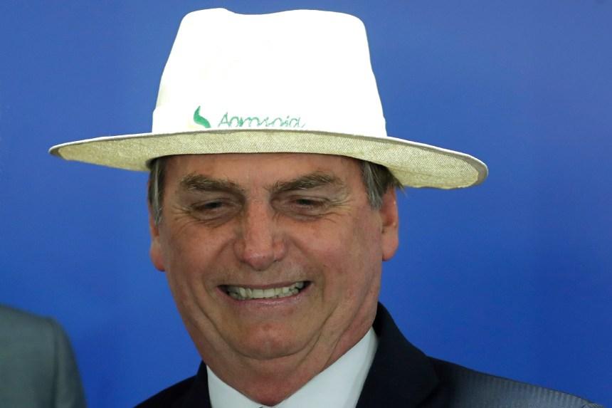 Déforestation au Brésil: Bolsonaro accusé de lâcheté