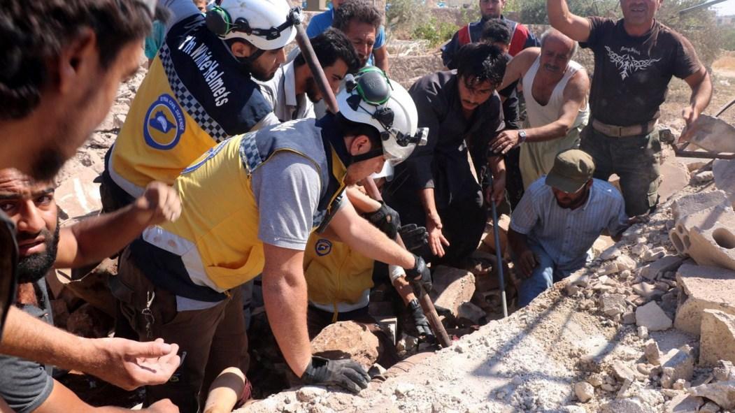 Des Casques blancs de la Défense civile syrienne au sein de ruines