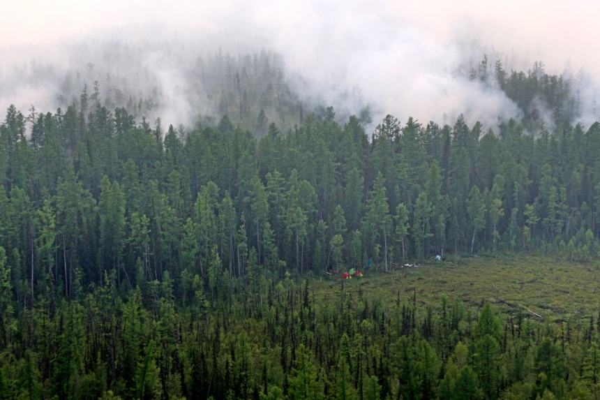 Russie: Poutine envoie l'armée pour combattre les feux de forêt en Sibérie