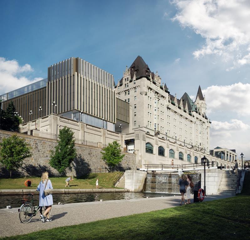 La ministre McKenna offre ses services pour sauver le Château Laurier