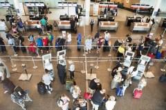 Des lignes aériennes canadiennes contestent les règles sur les passagers aériens
