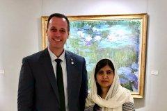 Le ministre Roberge rabroué sur Twitter pour un cliché avec Malala Yousafzai