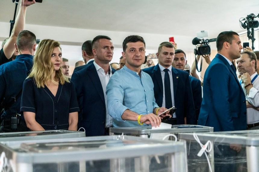 Ukraine: le parti de Zelensky en tête des législatives