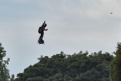Le Français Franky Zapata réussit son pari de traverser la Manche sur sa machine volante