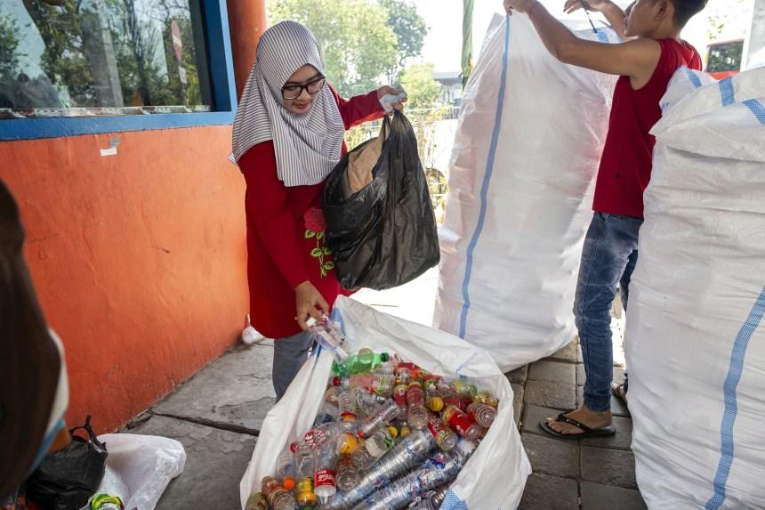 Indonésie: À Surabaya, un ticket d'autobus coûte trois bouteilles de plastique