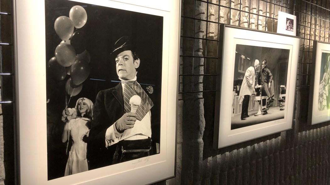 Des photos en noir et blanc encadrées et exposées.