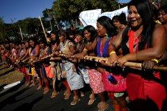 Brésil: manifestation de femmes indigènes contre Bolsonaro