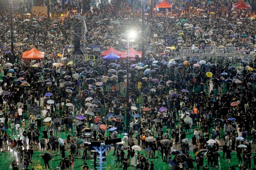 Hong Kong: plus grande manifestation pro-démocratie depuis des semaines