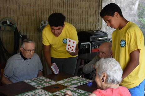 Deux jeunes bénévoles jouent avec des résidents du CHSLD