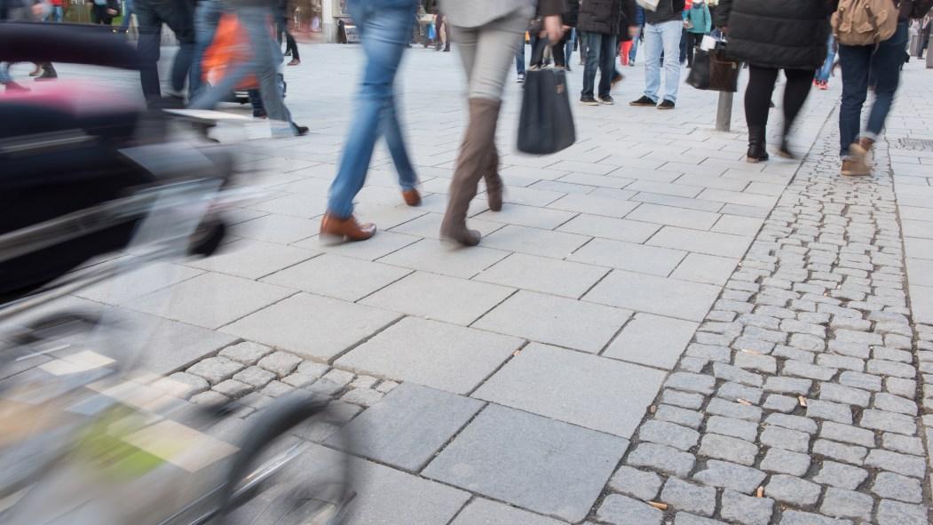 Image floue de gens qui marche dans la rue.