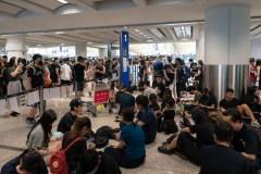 Hong Kong: l'aéroport rouvert, Pékin muscle son discours contre les manifestants