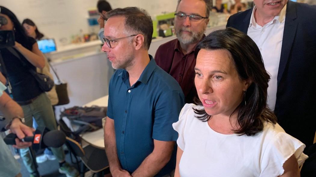 La mairesse de Montréal, Valérie Plante (à droite), et le candidat à la mairie du Plateau-Mont-Royal Luc Rabouin (à gauche)