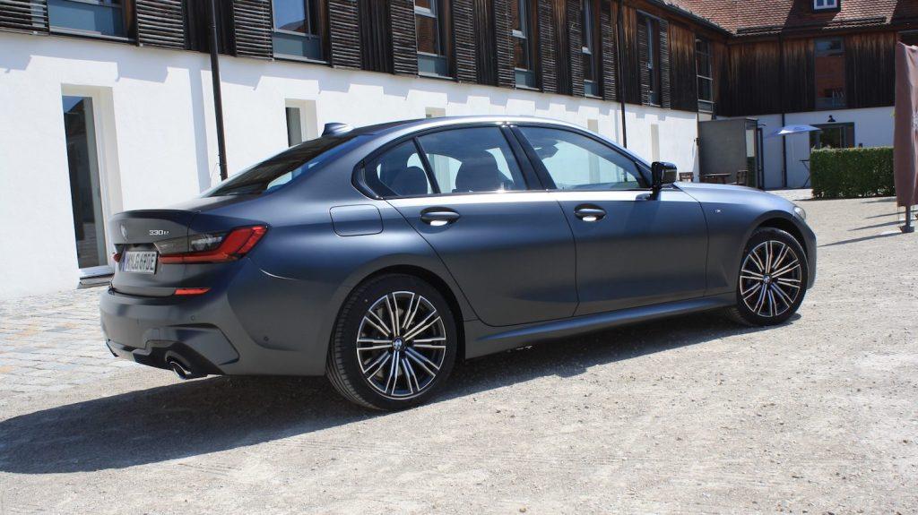 Une voiture électrique BMW 330e, modèle 2020, couleur bleue.