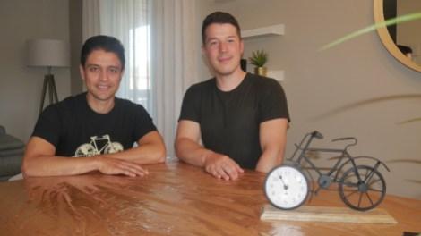 Mario Vélez et Antonin Boileau devant une horloge en forme de vélo.