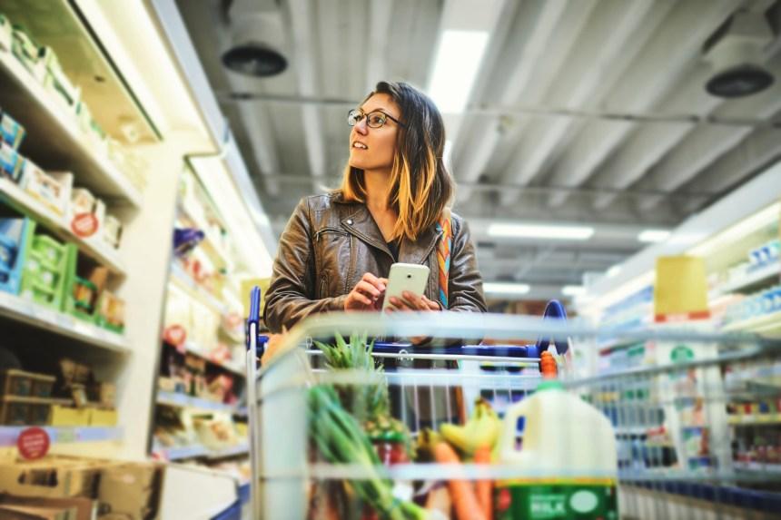 Environnement: des supermarchés poussés à réduire leur emballage plastique