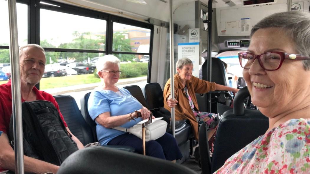 Des personnes âgées à bord de la Navette Or de la STM