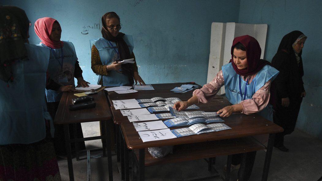 Menacés par des attentats, des Afghans procèdent au dépouillement des bulletins de vote.