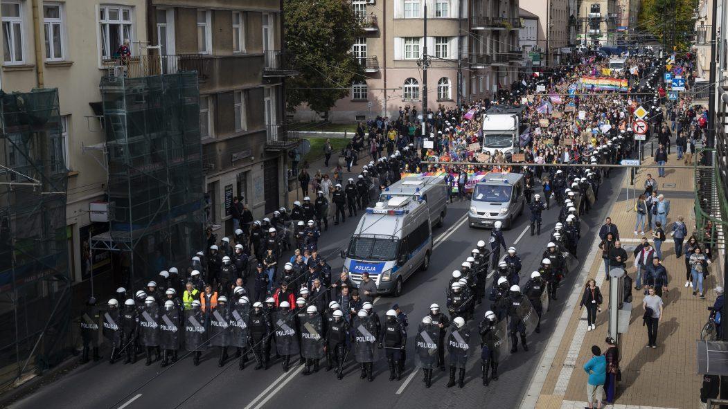 Des centaines de policiers protègent les participants au défilé de la Fierté gaie à Lublin.