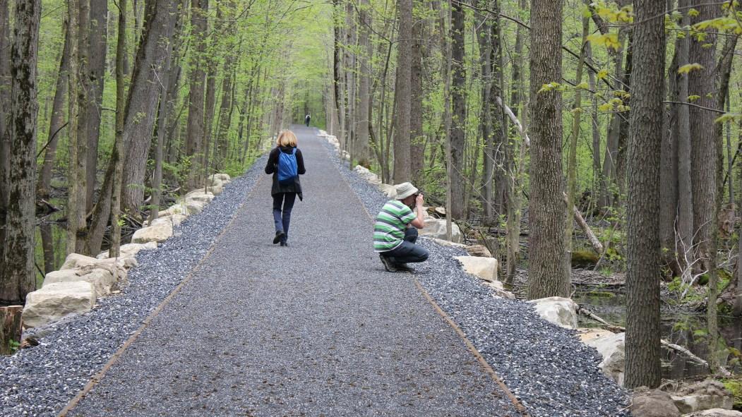 Promeneurs sur un sentier du parc-nature du Bois-de-Saraguay