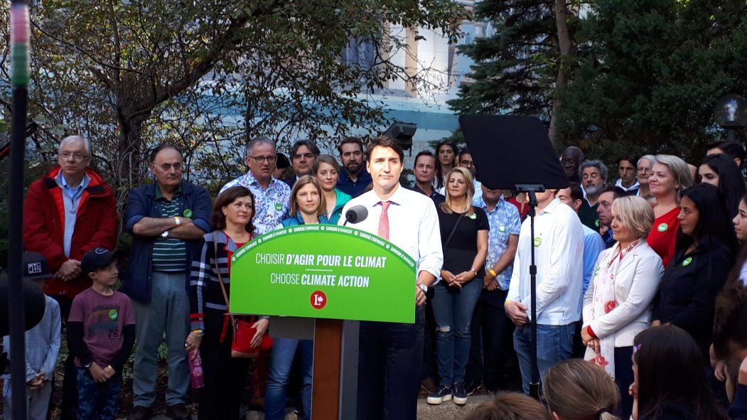Justin Trudeau lors d'une conférence de presse annonçant qu'il souhaite planter 2 milliards d'arbres et financer la mesure grâce à l'oléoduc TransMountain.