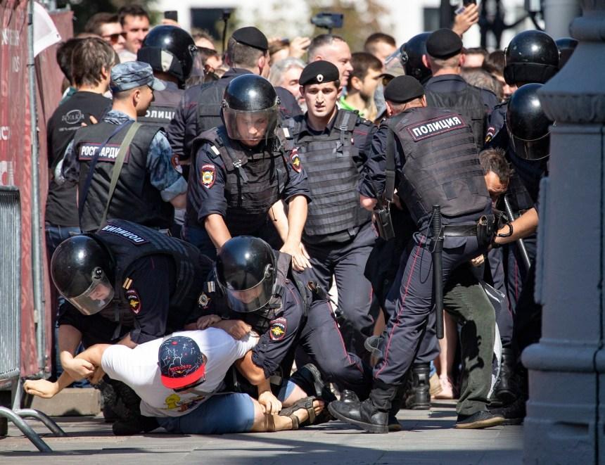 Russie: la justice condamne lourdement des manifestants mais allège les accusations pour d'autres