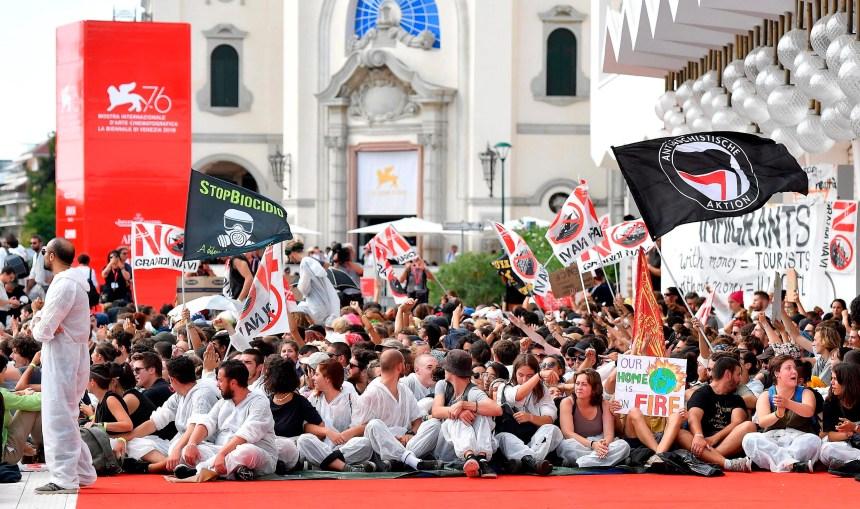 Mostra de Venise: des manifestants occupent le tapis rouge
