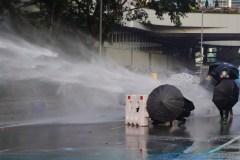 Hong Kong: lacrymogènes et cocktails Molotov lors d'une manifestation interdite