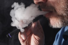 Santé Canada fait une mise en garde sur le vapotage et les maladies pulmonaires