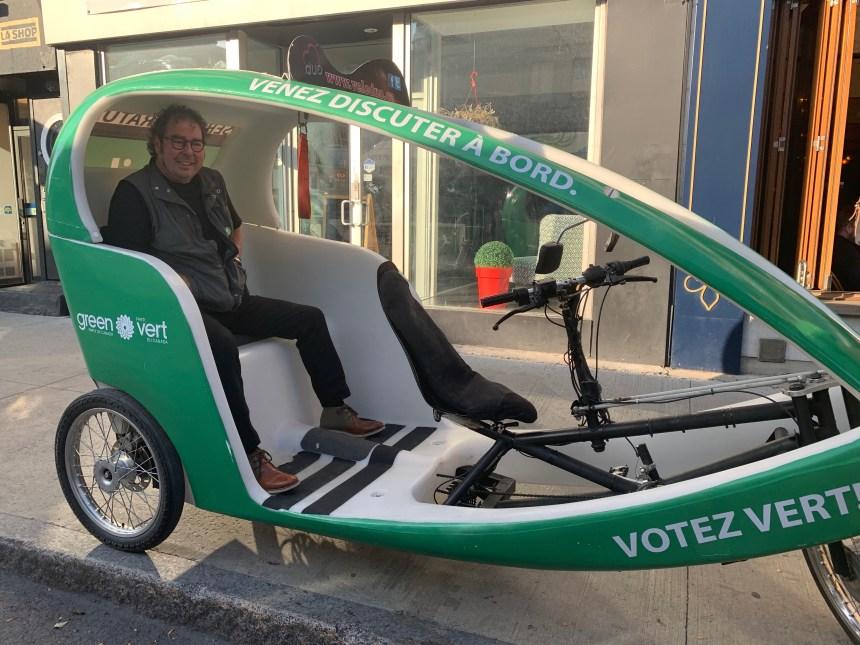 Ce candidat vert et son drôle de vélo parcourent Laurier-Sainte-Marie