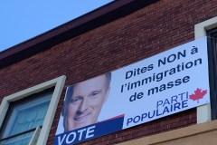 L'affiche «NON à l'immigration de masse» dans un quartier multiethnique de Montréal