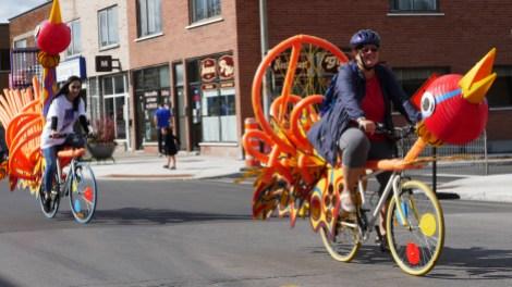 Chars allégoriques sur vélos