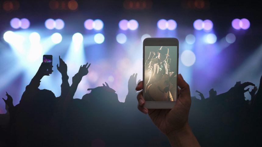 Interdire le cellulaire en concert: une bonne idée?