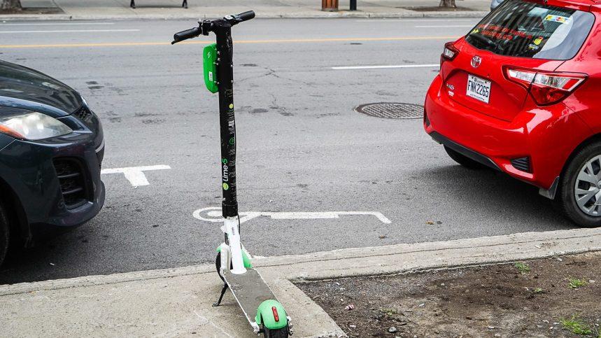 Des trottinettes Lime garées sur le trottoir… devant leur espace de stationnement réservé
