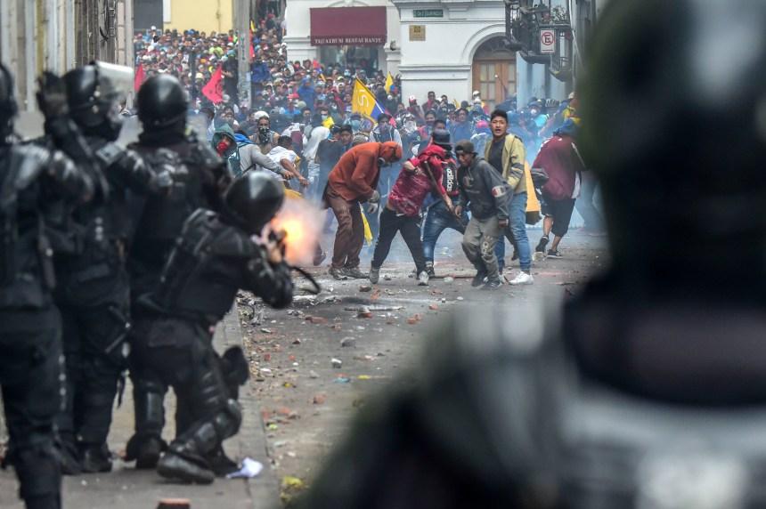 Hausse du prix de l'essence: des milliers d'Équatoriens manifestent à Quito