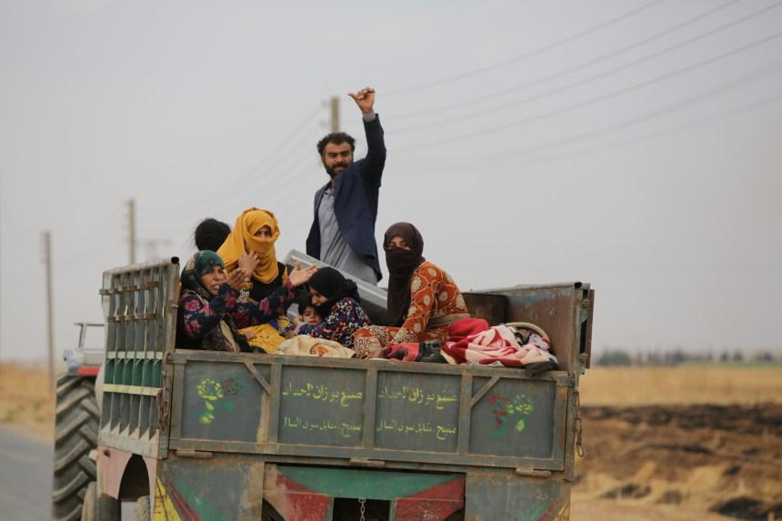 Syriens et Russes patrouillent en Syrie, les Kurdes quittent leurs positions