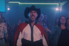 Un danseur de l'Est dans un vidéoclip des Cowboys Fringants