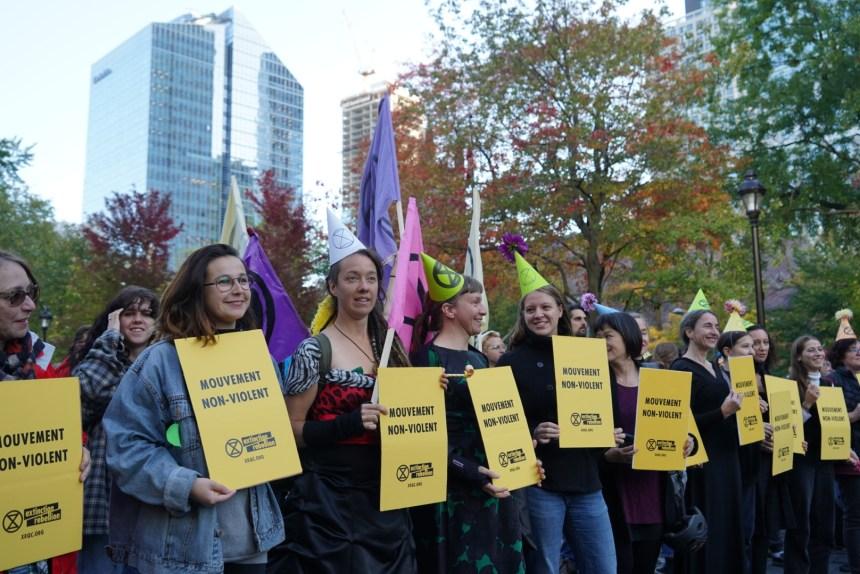 Extinction Rebellion manifeste sous haute surveillance policière à Montréal