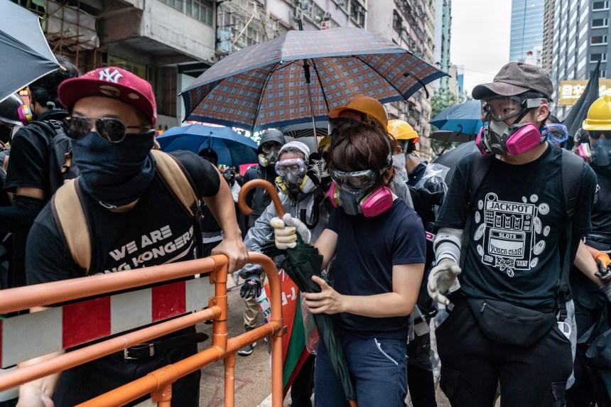 Les violences se poursuivent à Hong Kong après une loi anti-masque