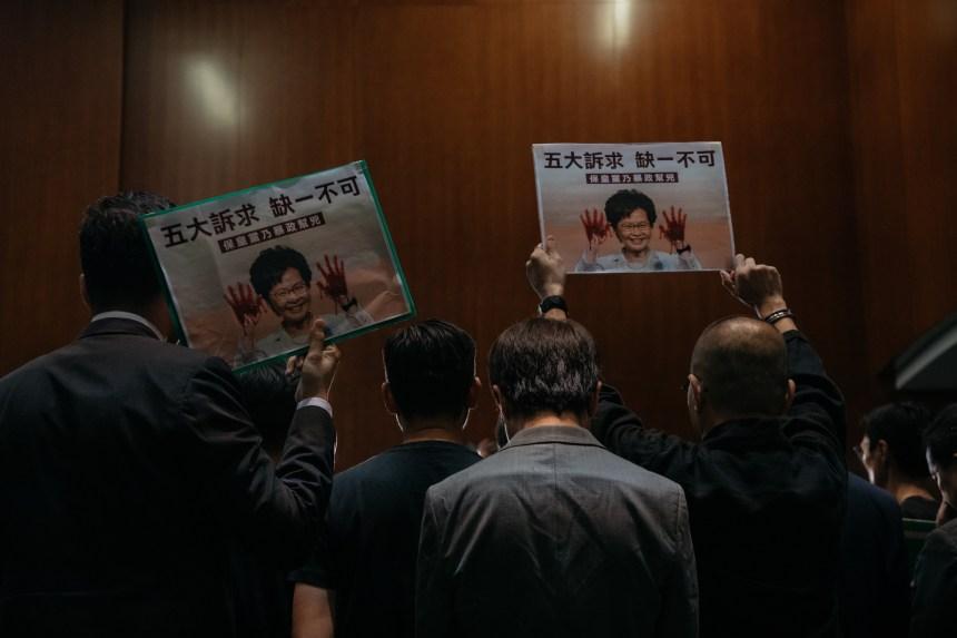 Chaos au Parlement et violences incessantes à Hong Kong