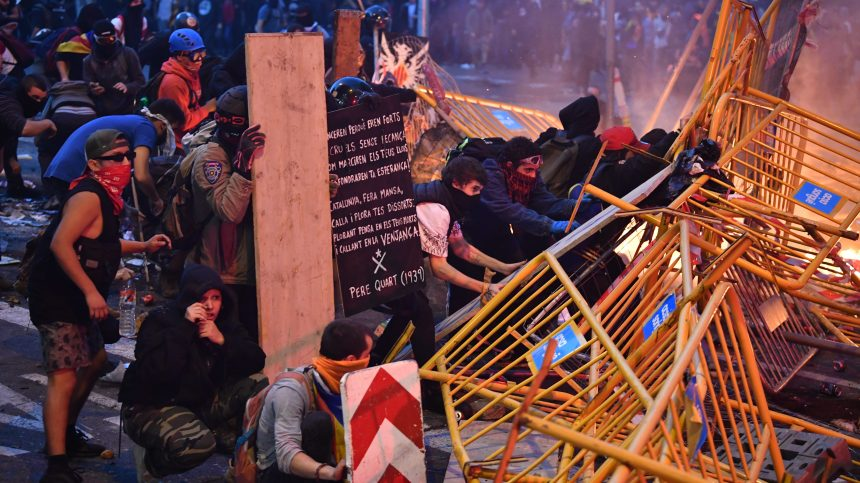 Catalogne: manifestation monstre et nouveaux heurts à Barcelone